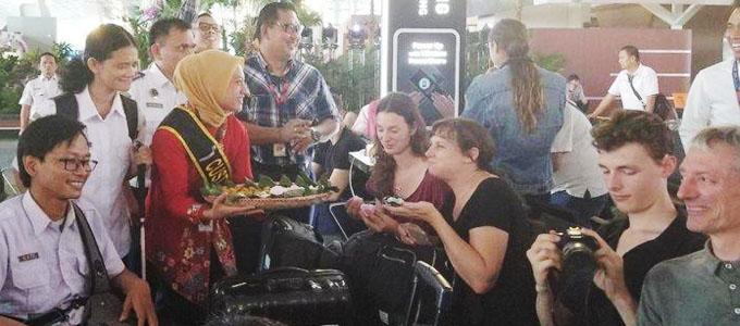 PT Angkasa Pura II memberikan jajanan pasar kepada seluruh penumpang di Bandara Soekarno-Hatta - jakarta.tribunnews.com