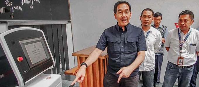 Direktur Utama PT Angkasa Pura II (Persero) Muhammad Awaluddin menunjukkan mesin check-in digital - ekonomi.bisnis.com