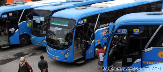 Sejumlah bus Djawatan Angkutan Motor Republik Indonesia (DAMRI) menunggu penumpang di Sub Terminal Kayuringin, Bekasi, Jawa Barat - tirto.id